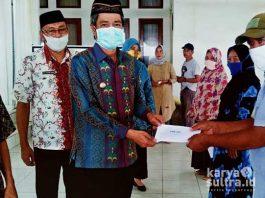 Bupati Konkep, Ir H Amrullah MT didampingi Kadis Sosial H Rustam Arifin saat menyerahkan BST Kementrian Sosial secara simbolis di rumah jabatan Bupati.
