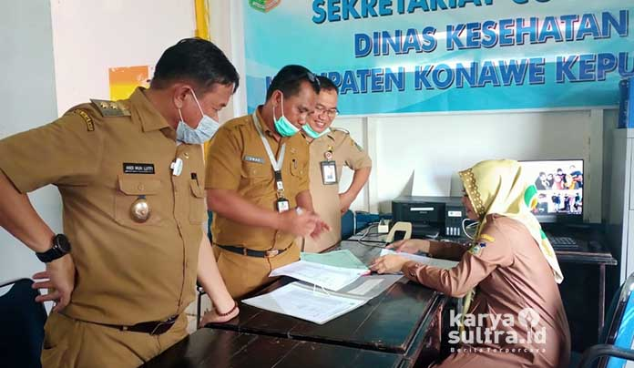 Wabup Konkep Andi Muh Lutfi, BKPSDM, Umar dan Sekda Cecep Trisnajayadi saat mengecek absen manual dinas Kesehatan.