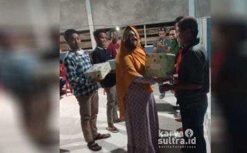 Kades Tangkombuno, Siti Saadiah saat menyerahkan hadiah lomba bola voli.