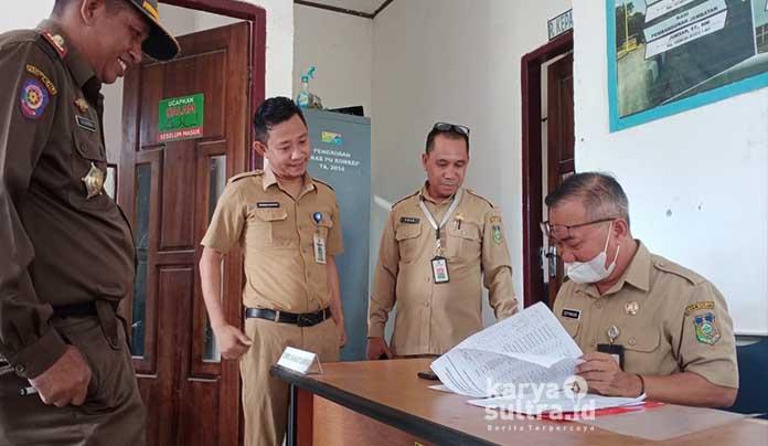 Sekda Konkep Ir H Cecep Trisnajayadi MM saat mengecek absen manual pegawai lingkup Dinas Pekerjaan Umum.