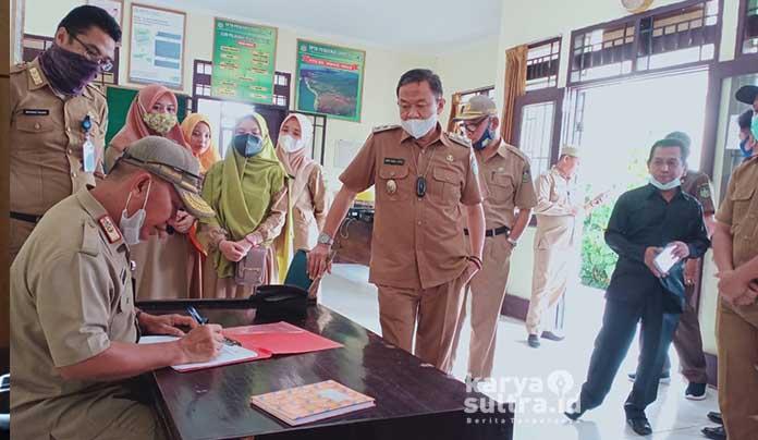 Sekda Konkep, Cecep Trisnajayadi dan Wabup Konkep, Andi Muh Lutfi saat mengecek absen pegawai Puskesmas Lampeapi.