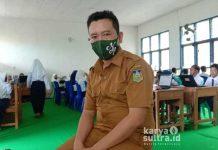Kepala sekolah SMP Negeri 2 Wawonii Utara, Ahmad Jufri S.Pd saat memantau jalannya ujian semester akhir di hari pertama ujian.