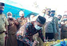 Bupati Konkep, Ir H Amrullah MT menandatangani prasasti peresmian Puskesmas Waworope didampingi Kadis Kesehatan, Sastro beserta unsur pimpinan OPD.