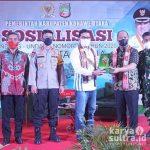 Bupati Konut Ruksamin saat menyerahkan cenderamata kepada ketua Komisi II DPR-RI Ahmad Doli.