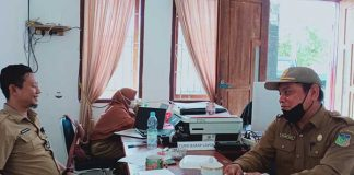 Israwan Sulpa (bermasker) didampingi Sekdisnya Munandar saat menjelaskan kondisi ruas jalan lingkar Wawonii yang dinilai memerlukan atensi khusus.