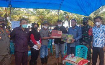 Wakil Ketua II Imade Tarubuana, dan Anggota DPRD Konut H. Sudiro, Sawi lapalulu, hendriawan saat menyerahkan Bantuan Sembako kepada Warga yang terkena tanah Longsor Di Desa Tapungaya.