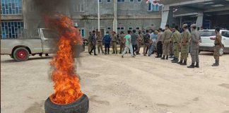 Massa aksi Asosiasi Pemuda Kreatif membakar ban bekas di halaman kantor bupati Konkep guna menuntut Bupati mencopot Kadis Parmudora.