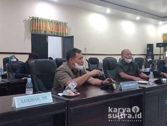Politisi Golkar, Muh Farid saat menyuarakan kerusakan jalan lingkar Wawonii tepatnya di Gunung Solongko.