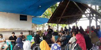 Suasana pertemuan DPD Eksplor Konkep bersama masyarakat saat kegiatan tutorial pembuatan minyak kelapa asli yang disaksikan jebolan MasterChef Indonesia, La Ode Saiful Rahman.