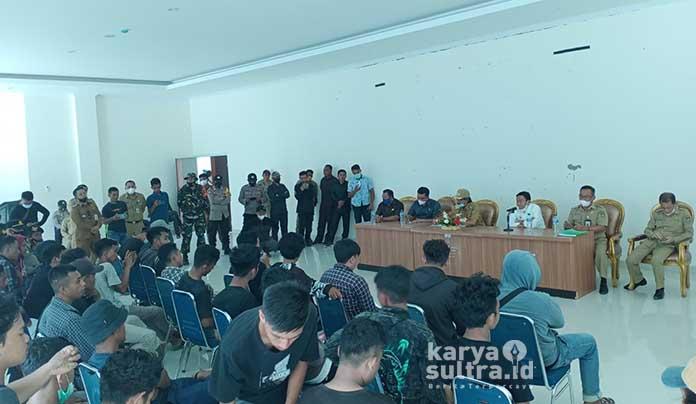 Suasana dialog antara pemerintah daerah dengan massa aksi Hippmawani.