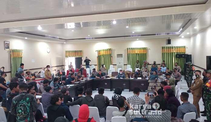 Puluhan mahasiswa saat diterima pihak anggota dewan Konkep.